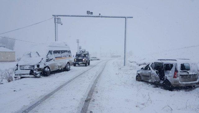 Eleşkirt'te Trafik Kazası 23 Yaralı