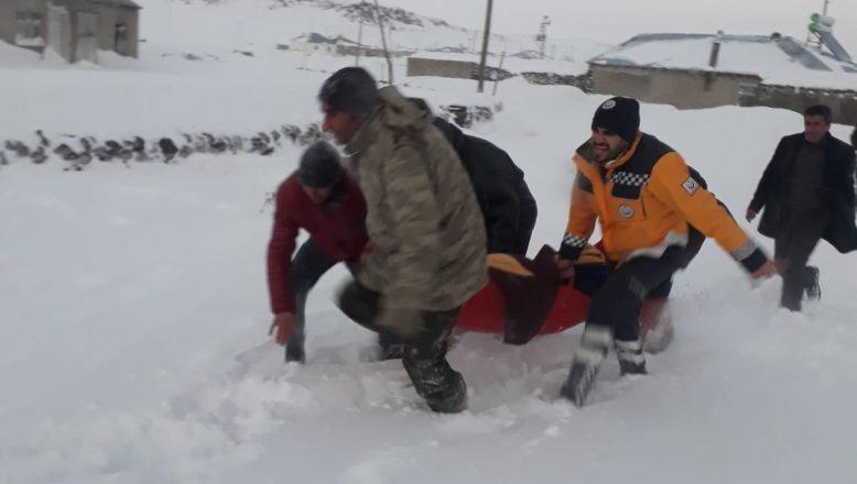 Ağrı'da, kar nedeniyle köyde mahsur kalan hastaya devlet eli yetişti