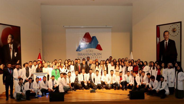 """AİÇÜ Eczacılık Fakültesi Öğrencileri İçin """"Beyaz Önlük Giyme"""" Töreni Düzenlendi"""