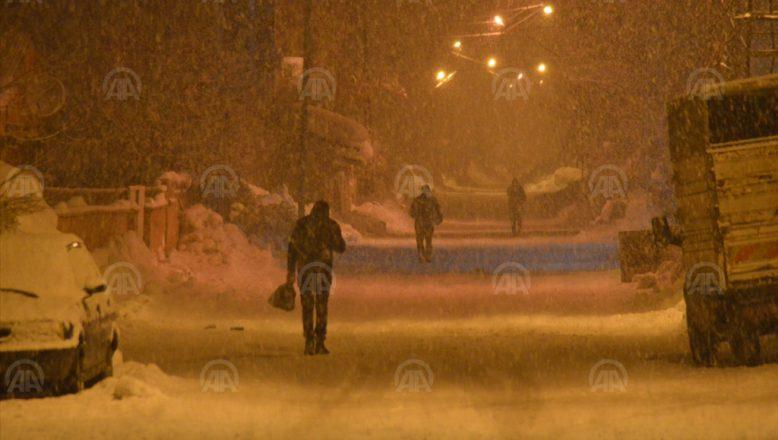 Ağrı'da etkili kar yağışı  devam ediyor