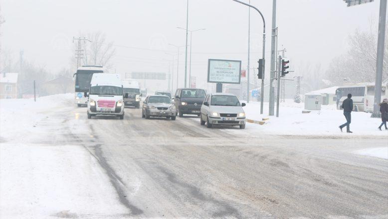 Ağrı'da etkili olan kar yağışı hayatı olumsuz etkiliyor