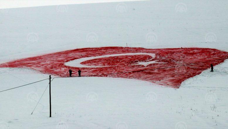 (AİÇÜ) akademisyen ve öğrencileri,  Kar Üzerine Türk Bayrağı Yaptılar