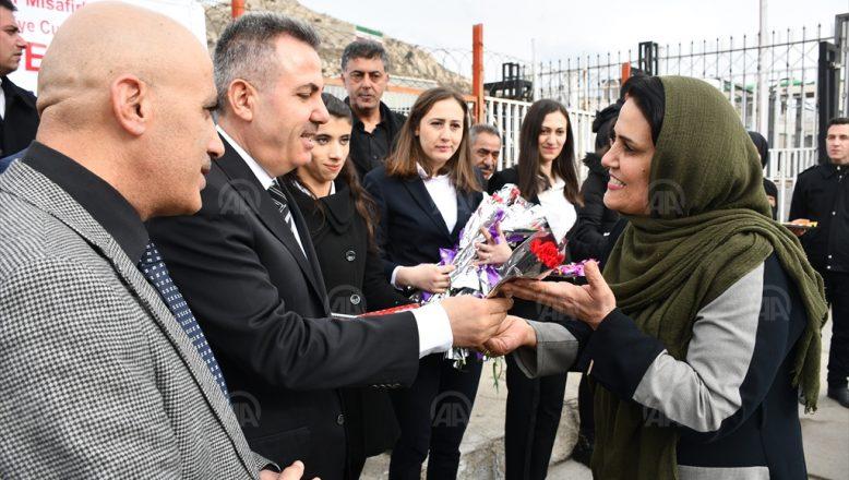 Nevruz tatili için gelen İranlılara çiçekli karşılama