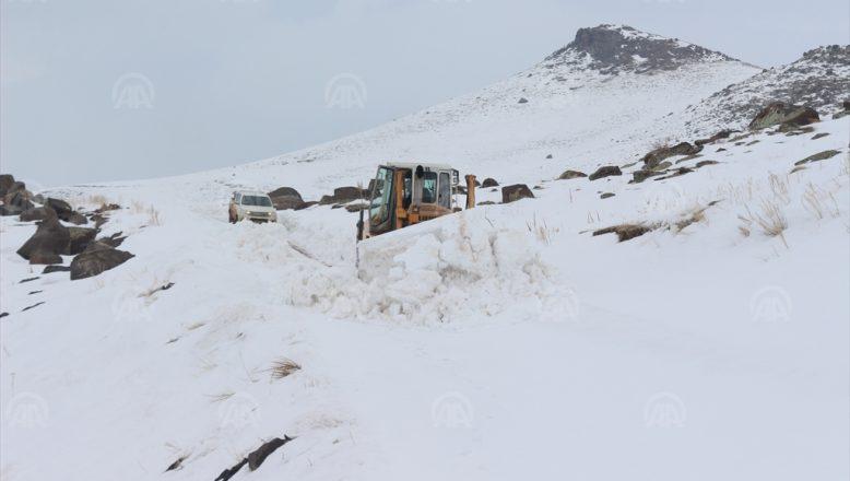 Ağrı'da etkili olan kar yağışı nedeniyle köy yolları ulaşıma kapandı