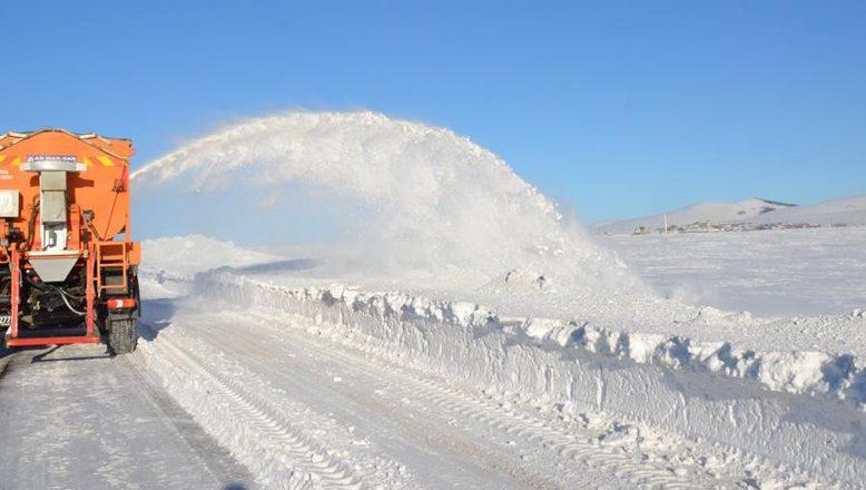 Ağrı'da Karla Kapalı Yollarda Gece Gündüz Mücadele Ediyorlar