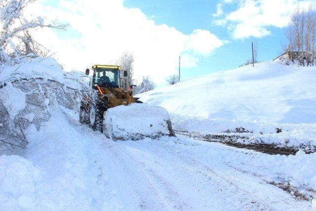 Ağrı'da etkili olan kar yağışı nedeniyle 94 köy yolu ulaşıma kapandı
