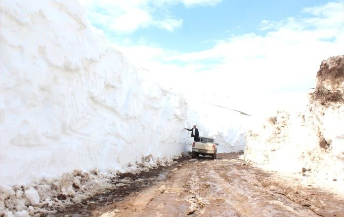 Ağrı'da  Kar Kaplanlarının Baharda Karla Mücadelesi  Devam Ediyor