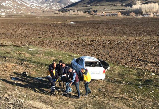 Eleşkirt'te Araç Şarampole Uçtu 2 Kişi Yaralandı