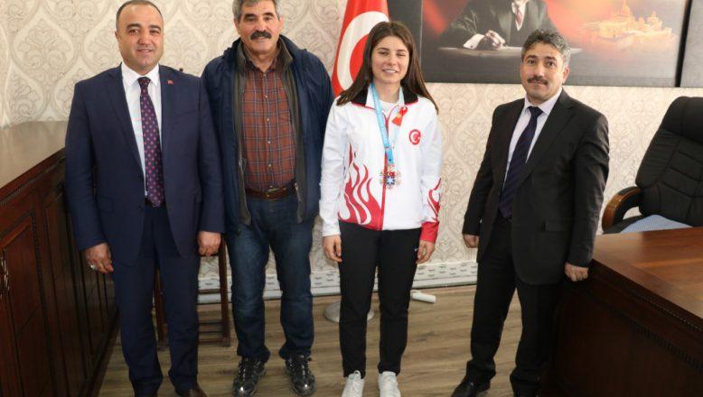 Gençlik Spor Müdürü Cihan Demir'den Başarılı Sporcuya Altın Ödülü