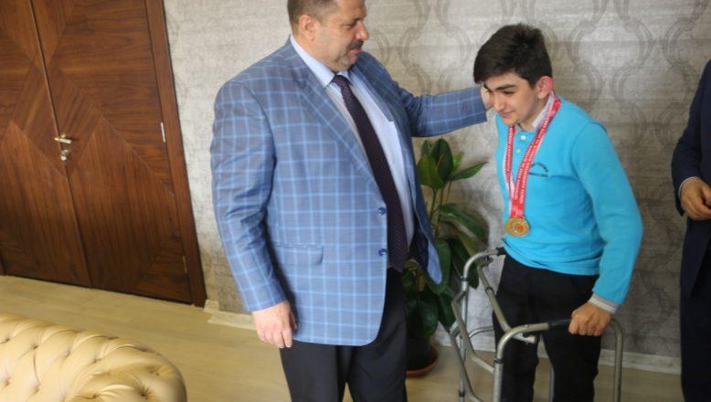 Türkiye Yüzme Şampiyonu Ağrılı Erim'den Milli Eğitim Müdürü Turan'a ziyaret