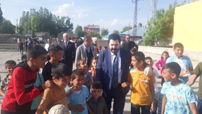 Başkan Sayan 100. Yıl Mahallesinde Çocukları Sevindirdi