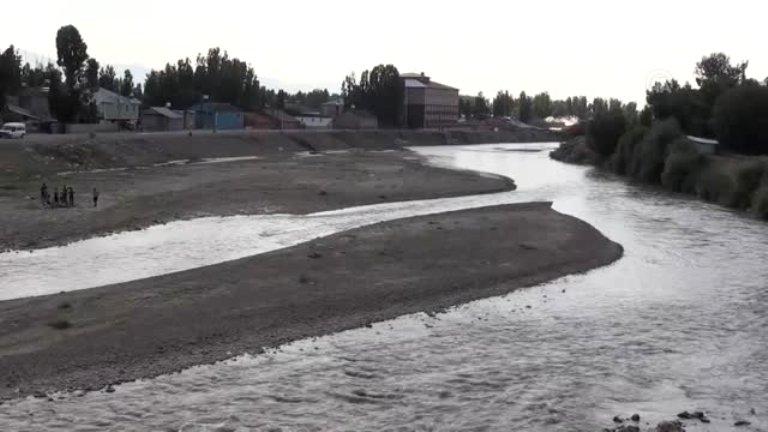 Ağrı sıcaktan yanıyor, çocuklar serinlemek için nehir ve derelere koşuyor