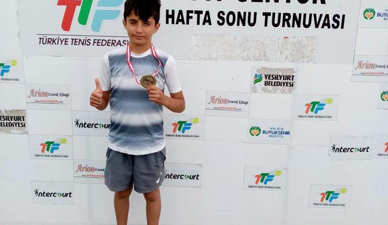 Minik Tenisçi Doğan, Ağrı'ya Şampiyonluk Madalyası İle Döndü