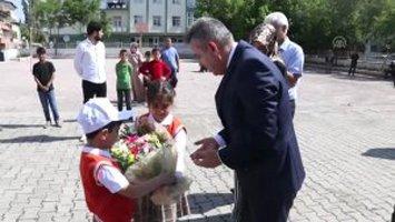 Vali Elban Öğrencilerin Karne Heyecanını Paylaştı