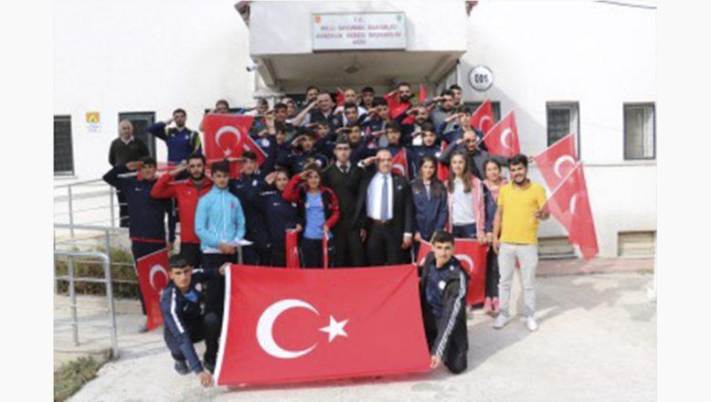 Ağrı'lı Sporculardan Mehmetçiğe Türk Bayraklı ve Asker Selamlı Destek