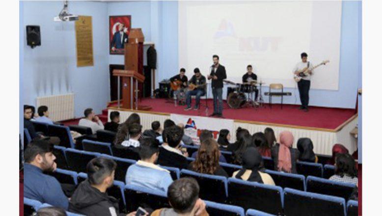 AİÇÜ Öğrencileri 'Üşüyen Çocuk Kalmasın' Diye Söyledi
