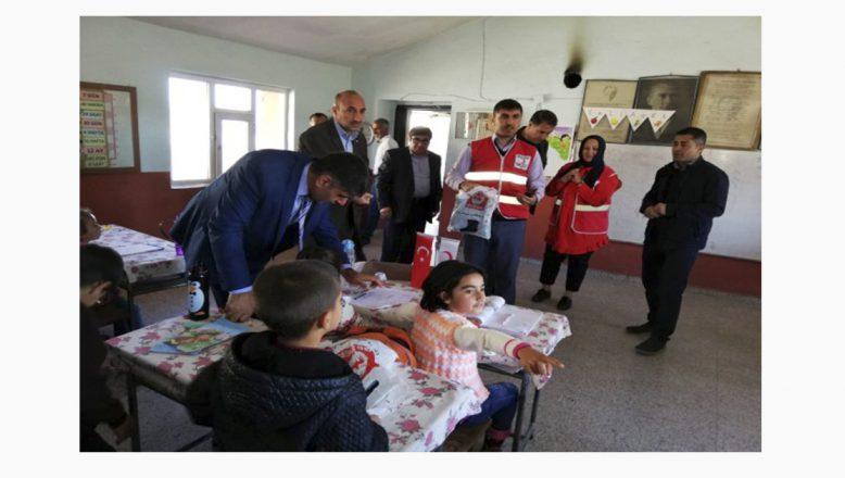 Türk Kızılayın Yardım Eli Doğubayazıt Köy Okullarında