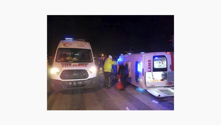 Ağrı'da Ambulansla otomobil çarpıştı 1 ölü 9 yaralı