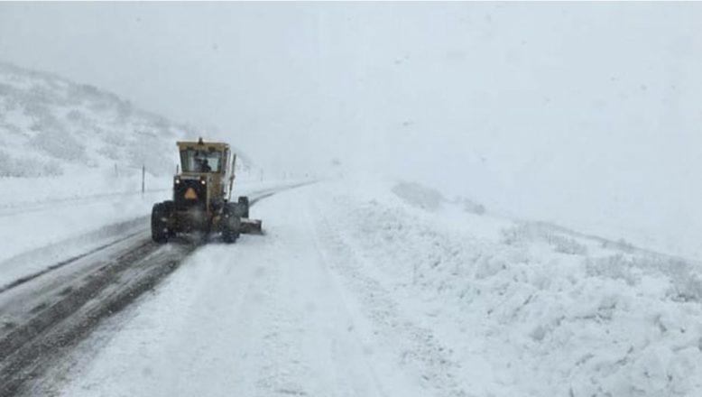 Ağrı'da, yoğun kar ve tipi köy yollarını ulaşıma kapadı