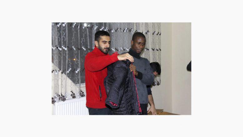 Türk Kızılayından Ağrı'da eğitim gören yabancı öğrencilere giyecek yardımı