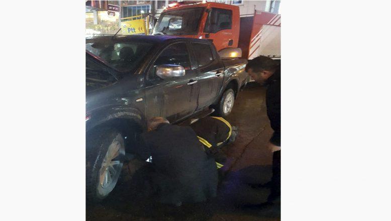 Ağrı'da, ısınmak için girdiği aracın motor bölümünde sıkıştı