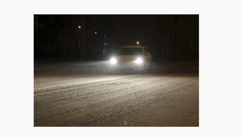 Ağrı'da kar yağışı nedeniyle kent beyaza büründü