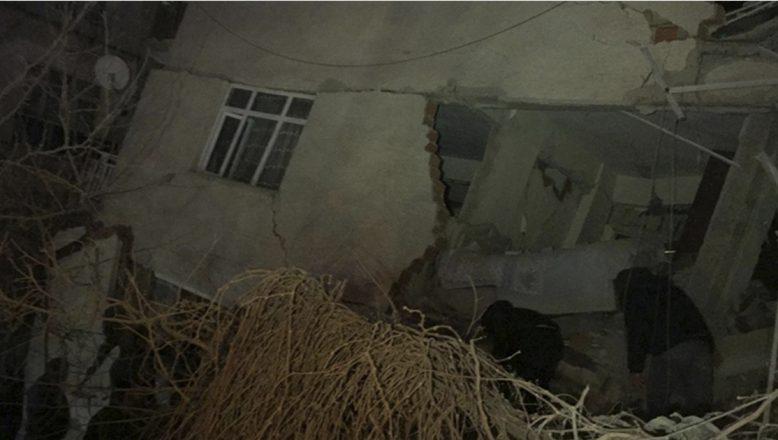 Elazığ Meydana Gelen Depremde Çok Sayıda Bina Yıkıldı, Ölü ve Yaralılar Var