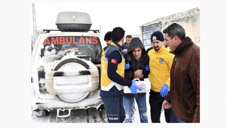Doğubayazıt, yolu kardan kapanan köydeki hastaya ekipler yetişti