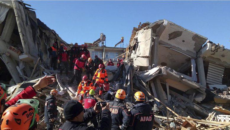 Elazığ'da Deprem Enkazı Altında Kalan Vatandaşlarla İrtibat Kurulmaya Çalışılıyor