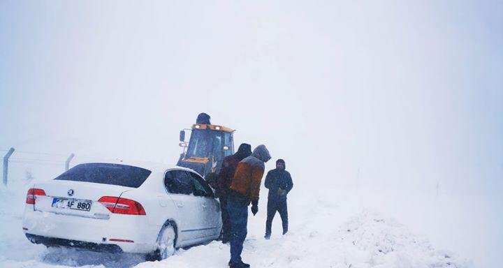 Ağrı'da Kar Yağışı Köy Yolları Kapandı