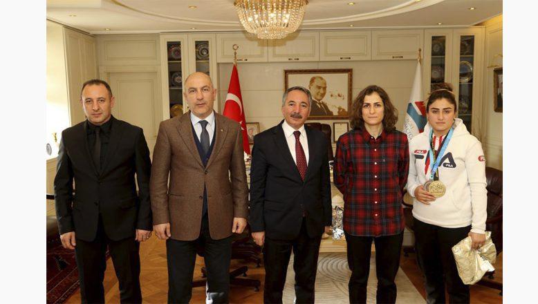 AİÇÜ Rektörü Prof. Dr. Abdulhalik KARABULUT, Şampiyon Sporcuyu Kutladı