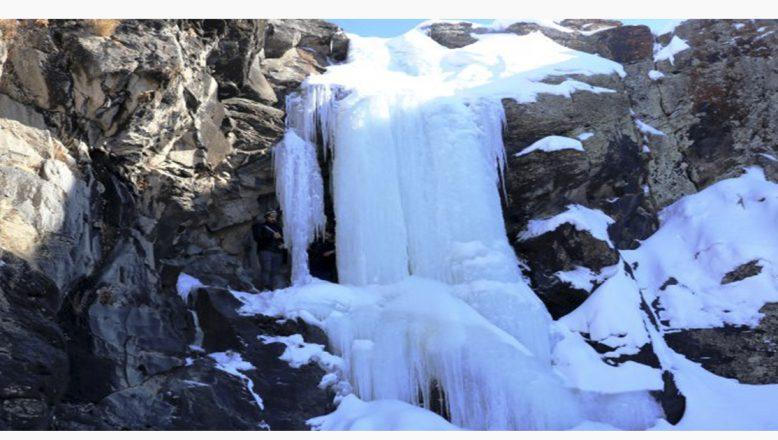 Ağrı'da Buz Tutan Şelaleden Kartpostallık Görüntüler