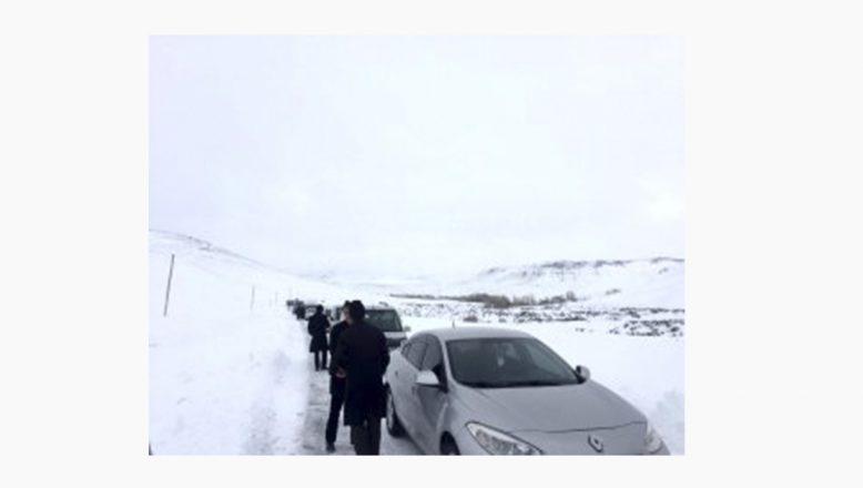Hamur'da kar, tipi ve şiddetli fırtınaya yakalanan cenaze konvoyu yolda mahsur kaldı