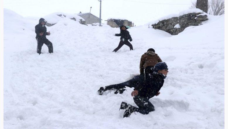 Ağrı'da kar, büyüklere işkence, çocuklara eğlence oldu!
