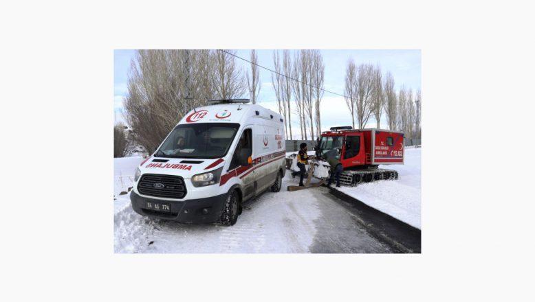 Ağrı'da Hasta Kurtarmaya Giden Sağlık Ekibinin Aracı Kara Saplandı