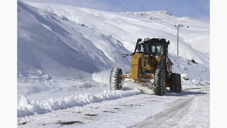 Ağrı'da kar ve tipi yolları kapadı, köydeki hasta böyle kurtarıldı