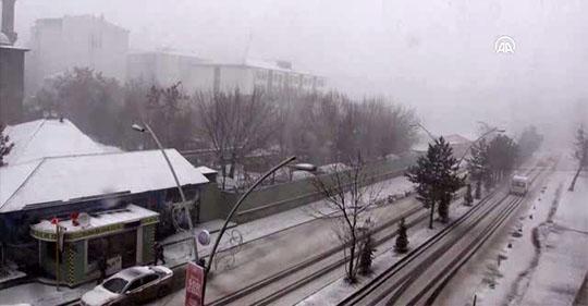 Ağrı'da kar ve tipi etkili olurken yaşamı olumsuz etkiliyor