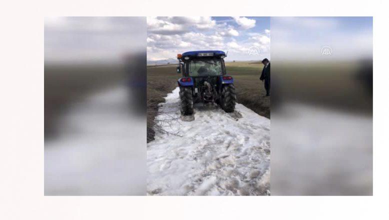 Vefa grubunun karda mahsur kalan aracını köylüler kurtardı