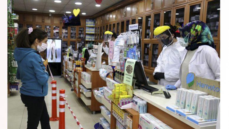 Ağrı'da eczacılar ve esnaf sosyal mesafeyi koruyarak müşterilerine hizmet veriyor
