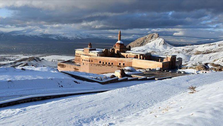 Tarihi İshak Paşa Sarayı baharda beyaza büründü