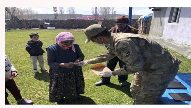 Mehmetçik köy köy dolaşarak sosyal yardım parasını sahiplerine ulaştırıyor