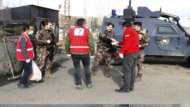 Kızılay gönüllüleri polis ve sağlık görevlilerine kandil simidi dağıttı