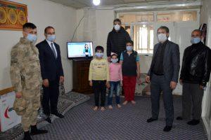 Patnos'ta, uzaktan eğitime katılamayan kardeşlere televizyon hediye edildi