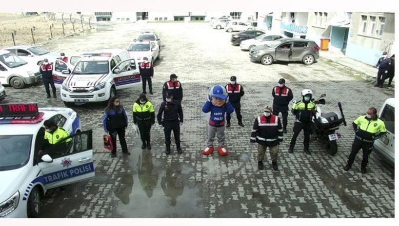 Ağrı'da Polis Ve Jandarma Ekiplerinden Evdeki Çocuklara Sürprizler