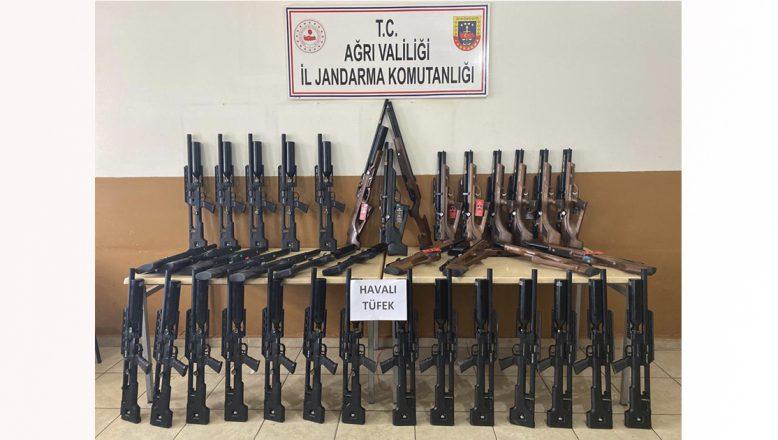 Ağrı'da Jandarma 50 havalı av tüfeği ile 5 bin paket kaçak sigara ele geçirdi