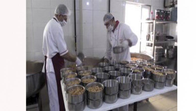 Ağrı Valiliği İhtiyaç Sahibi Vatandaşlara İftarlık Sıcak Yemek Ulaştırıyor