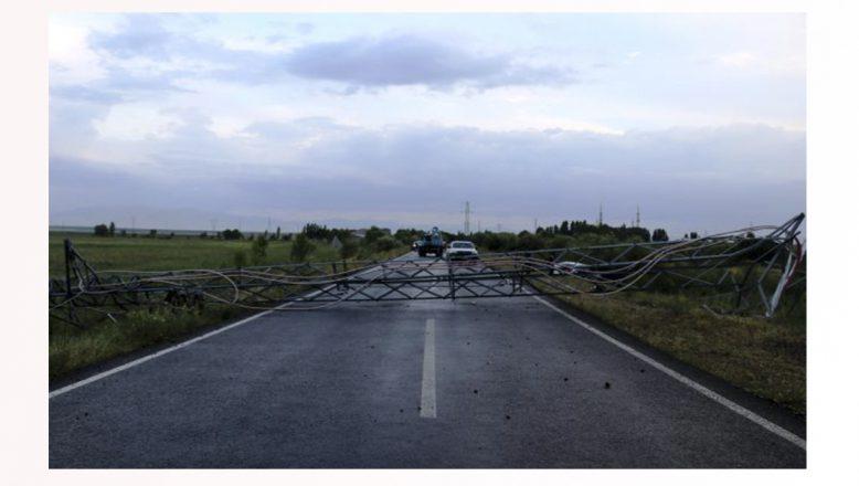 Ağrı'da sürücü direksiyon hakimiyetini kaybederek elektrik direğine çarptı