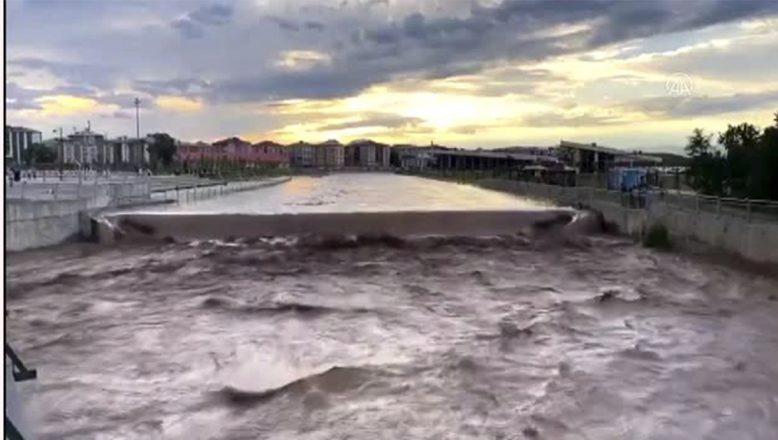 Ağrı'da Sağanak Yağış Maddi Hasar Yarattı,Köyler Sular Atında Kaldı