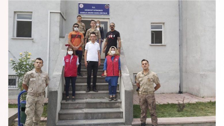 Ağrılı gönüllü gençlerden bayramı vatan nöbetinde geçiren Mehmetçiğe sürpriz ziyaret