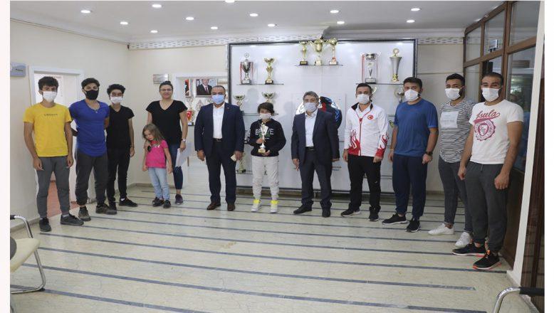 Ağrı'lı Başarılı Tenisçiler GSİM Cihan Demir'i Ziyaret Etti